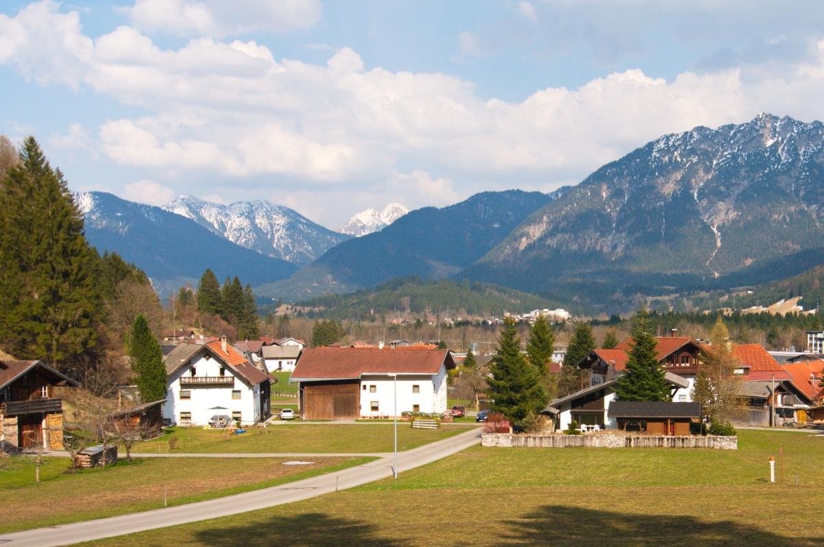 Blick vom Hang auf das Anwesen